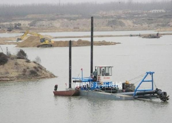 工作中的挖泥船